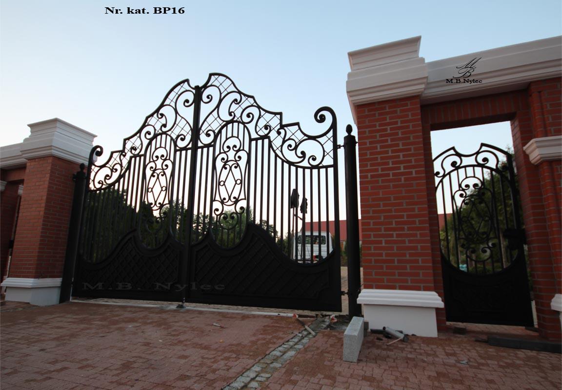Klasyczna brama wjazdowa do rezydencji bp16
